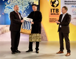 Harry Glawe, Economics Minister of Mecklenburg-Verpommern, with Dato' Siew Ka Wei, Chairman, Tourism Malaysia and Dr Martin Buck, Vice President of CompetenceCenter Travel & Logistics Messe Berlin GmbH