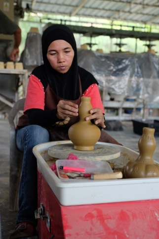 Making a vase at KZ Kraf, Sayong