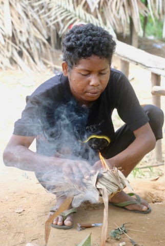 Taman Negara - Orang Asli village - demonstration of firemaking