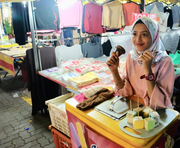 Kota Bharu night market - girl selling ice creams